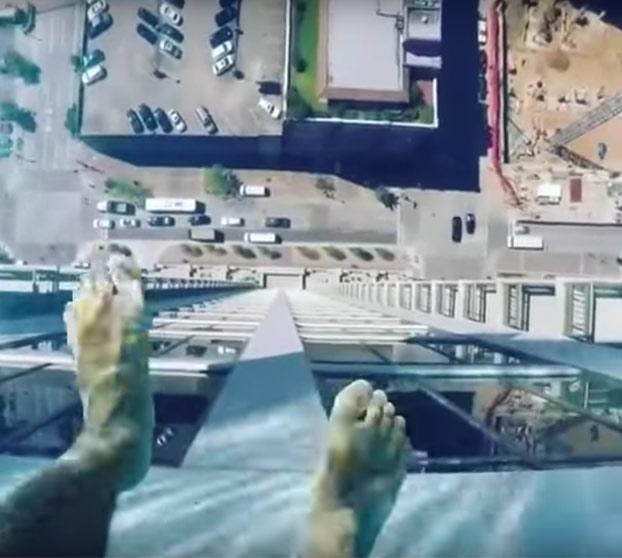 Un baño de vértigo: Piscina suspendida a 150 metros de altura en un edificio de lujo