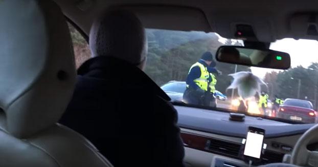 No se dan cuenta que el volante está a la derecha y le hacen la prueba de alcoholemia al copiloto