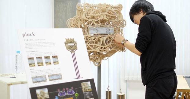 El impresionante reloj de madera que escribe la hora cada minuto