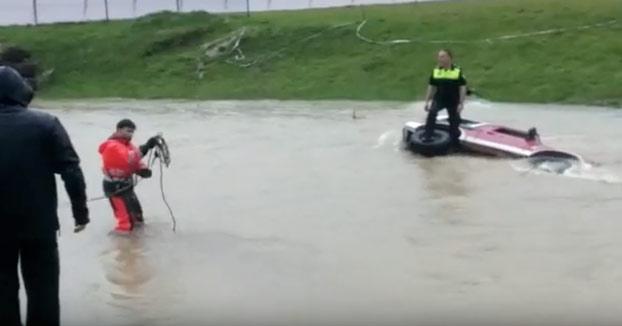 Rescate al límite de un Policía Local atrapado