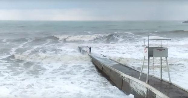 Sólo un ruso borracho podría desafiar al mar de esta manera