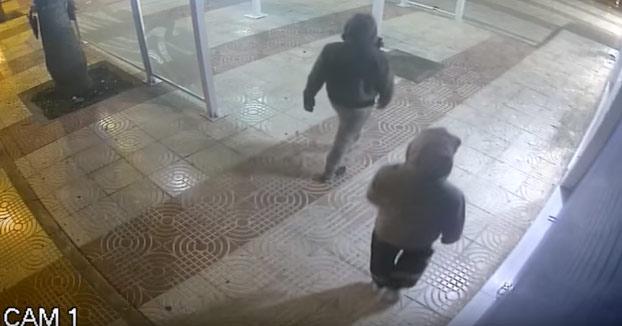 Trata de robar en un establecimiento y el ladrón se lleva un sillazo del cielo