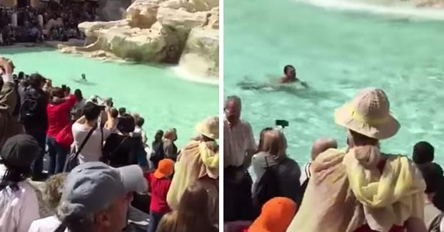 A este turista le dio por hacerse unos largos desnudo en la Fontana de Trevi