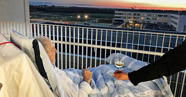 Un hospital se salta sus reglas y concede la última voluntad a un anciano: un cigarro y una copa de vino mientras ve el atardecer