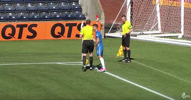 Un linier vomita en pleno partido y el árbitro le saca tarjeta roja