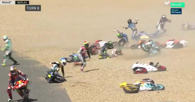 Caída multitudinaria en el GP de Francia de Moto3: Más de 20 pilotos al suelo
