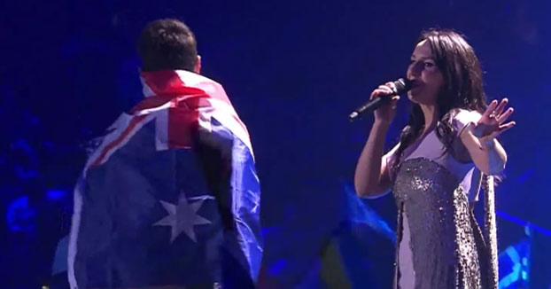 Un espontáneo se sube al escenario y enseña el culo durante la actuación de Jamala en Eurovisión 2017