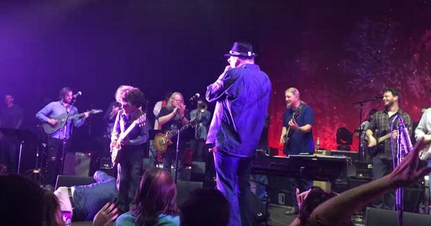 Un cantante muere sobre el escenario y la banda sigue tocando