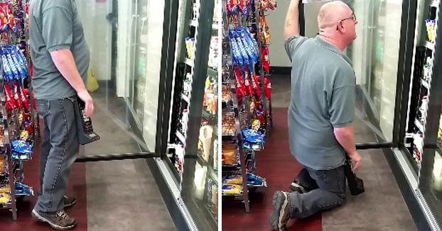 Los clientes que entraron en la tienda fliparon al verlo meter los datos en la máquina