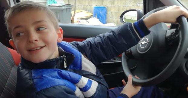 Dejarle el coche a tu hijo de 10 años por el jardín de casa. ¿Qué puede salir mal?