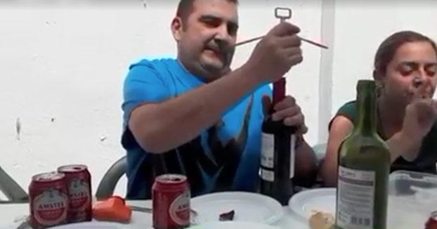 Ingeniero abriendo una botella de vino en una comida familiar