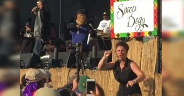 La intérprete para sordomudos eclipsa con su arte a Snoop Dogg en un concierto