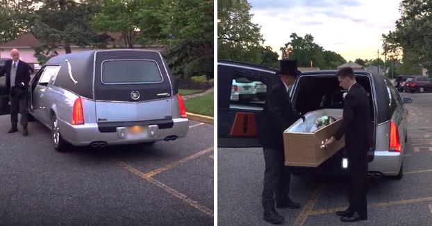 Una joven llega a la fiesta de graduación dentro de un ataúd en un coche fúnebre. Este es el momento