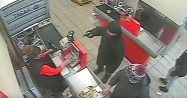 Un tipo entra a robar a un supermercado ruso con una pistola de juguete y una clienta lo saca a empujones