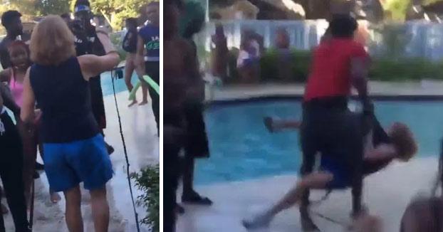 Vergonzoso: Lanzan a una mujer mayor al agua durante una fiesta en la piscina