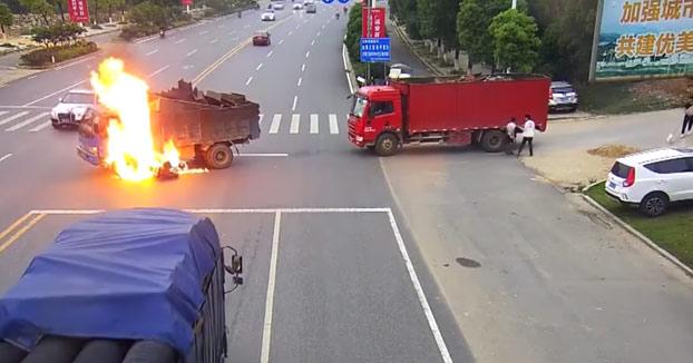 Salvan a un motorista de morir quemado después de chocar contra el depósito de un camión