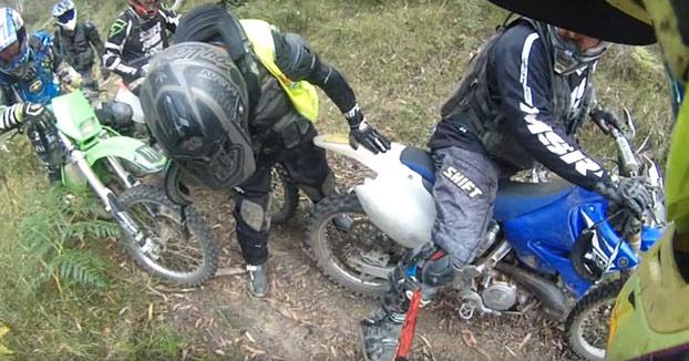Se le clava una estaca en la pierna cuando iba con los colegas en moto por el monte