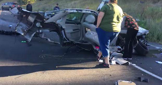 Mujer tiene un accidente, el coche queda partido por la mitad y ella sale prácticamente ilesa