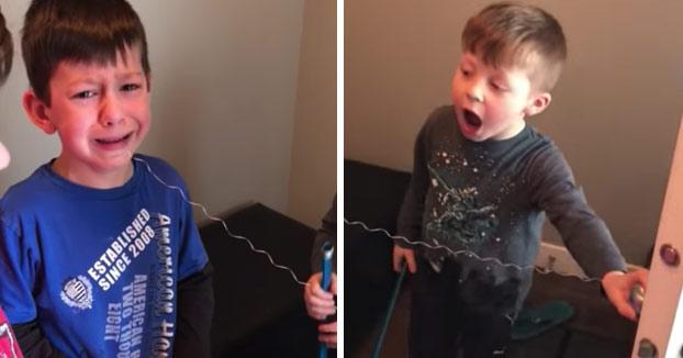Se cansa del llanto de su hermano al que le van a sacar un diente y decide intervenir