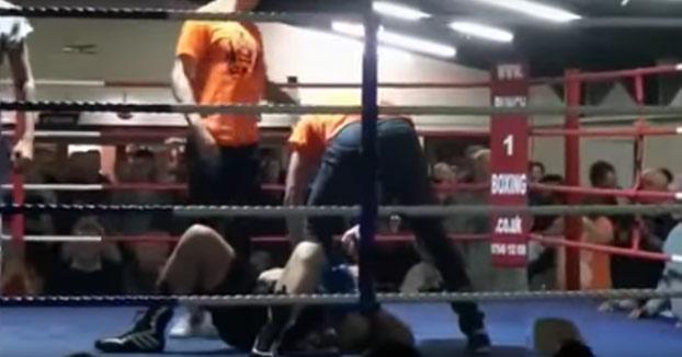 El árbitro ordena a un luchador que deje de pelear pero no hace caso y recibe su merecido