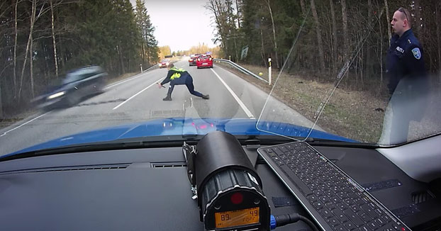 Un policía detiene con una barrera de clavos a un conductor que iba conduciendo drogado