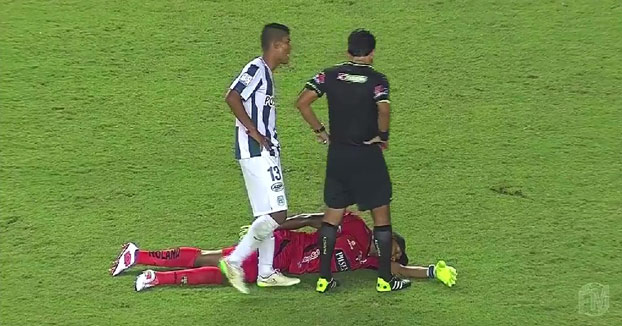 El portero se hace el muerto para evitar que el árbitro le saque la tarjeta roja