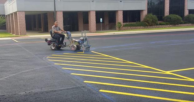 La persona que mejor pinta las rayas del parking