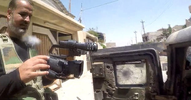 Este reportero recibe un disparo de un francotirador en el pecho pero la GoPro le salva la vida