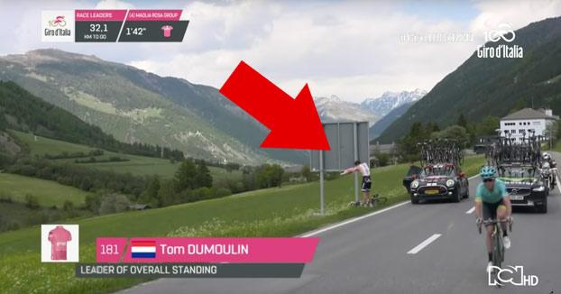 Al ciclista Tom Dumoulin le da un apretón en pleno Giro de Italia cuando iba líder