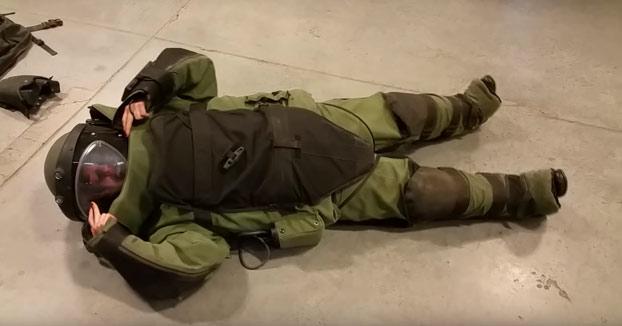 El gran problema de los trajes de artificiero cuando estás tumbado en el suelo