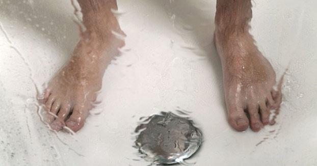 Publica las imágenes de la infección que cogió en un gimnasio para concienciar de la importancia de ducharse con chanclas