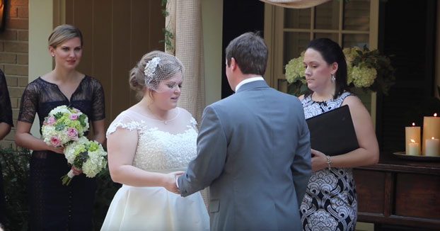 La novia estaba leyendo sus votos pero la oficiadora ya no pudo más