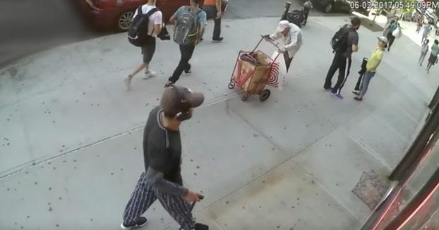 La miserable agresión de un joven de 19 años a un anciano de 90 en plena calle