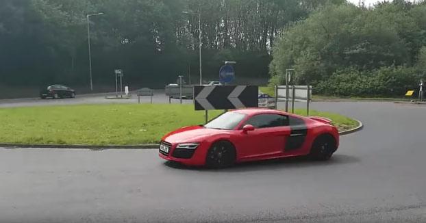 Se puso a vacilar con su Audi R8 en una rotonda y... Karma instantáneo