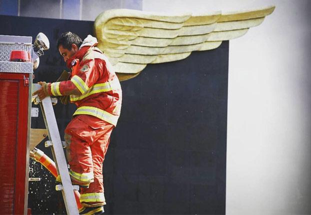 Esta es la historia detrás de la fotografía del ''bombero con alas''
