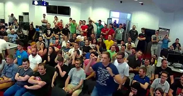 Broma mortal del jefe a los empleados durante una reunión para agradecerles los resultados del año