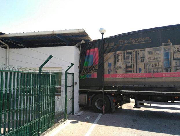 Empotra su camión contra la fábrica de Iveco de Madrid porque no le dejaban pasar con chanclas