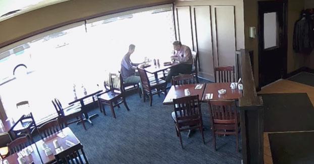 Comían tranquilamente en el restaurante cuando de repente...