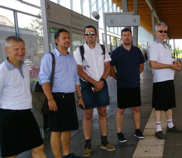 Prohíben ir con pantalones cortos a los conductores de autobús y van a trabajar con... faldas
