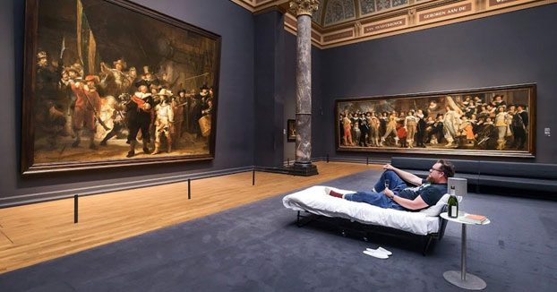 El visitante número 10 millones del Rijksmuseum ganó el derecho a pasar la noche frente a 'La ronda de noche' de Rembrandt