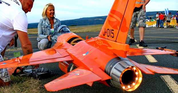 Volando un F-16 Cobra teledirigido