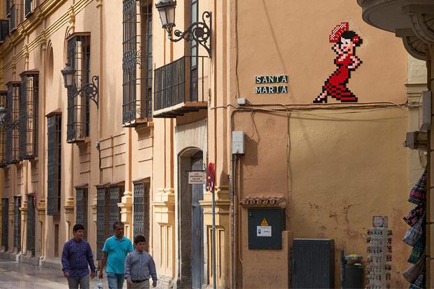 La invasión de los mosaicos de Invader en Málaga. El Obispado se pone 'flamenco' con el artista