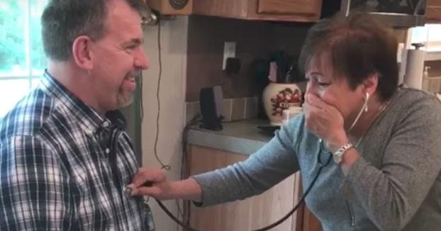 La reacción de una madre que escucha de nuevo el corazón donado de su hijo ya muerto
