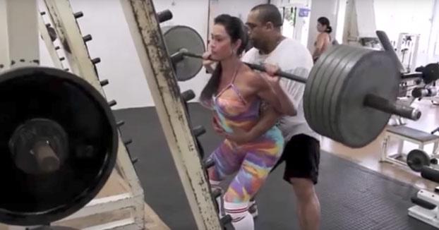 ¿Pillada?: Modelo brasileña utilizando pesas falsas en el gimnasio para presumir en Instagram