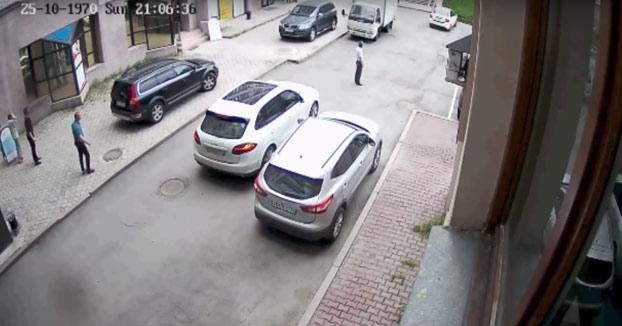 La mujer estaba intentando aparcar su coche y la cosa se le acaba yendo de las manos...