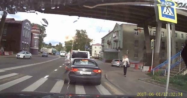 Mujer cruzando un paso de peatones mientras hablaba por el móvil sin prestar atención al tráfico...