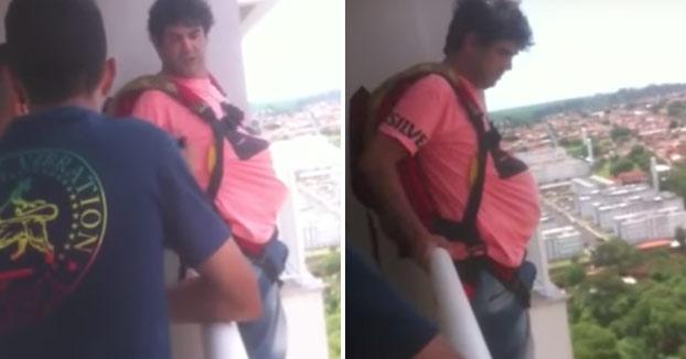 Compra un paracaidas por Internet y lo prueba saltando desde su balcón