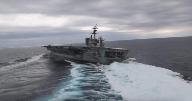 El portaaviones de la armada estadounidense drifteando en aguas del Océano Atlántico