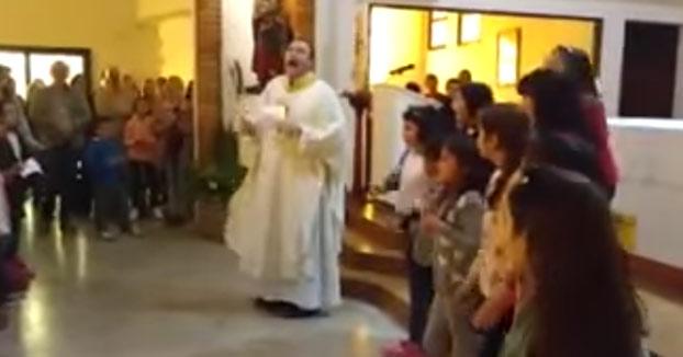 Este sacerdote anima a toda su iglesia al ritmo de ''Despacito''