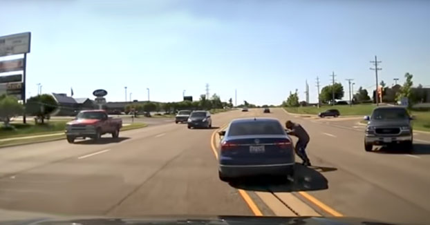 Se mete por la ventana de un coche para salvar al conductor que sufría convulsiones